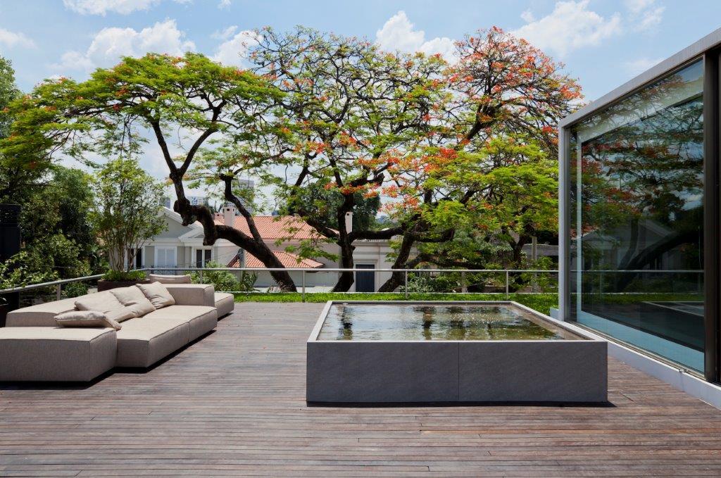 AMZ PROJETOS ARQUITETURA - Casa Bélgica: verde dentro de casa com área social liberada de paredes