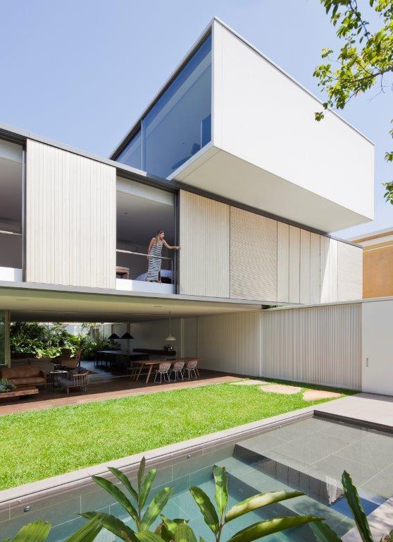 ARQUITETURA AMZ - Casa Bélgica: verde dentro de casa com área social liberada de paredes
