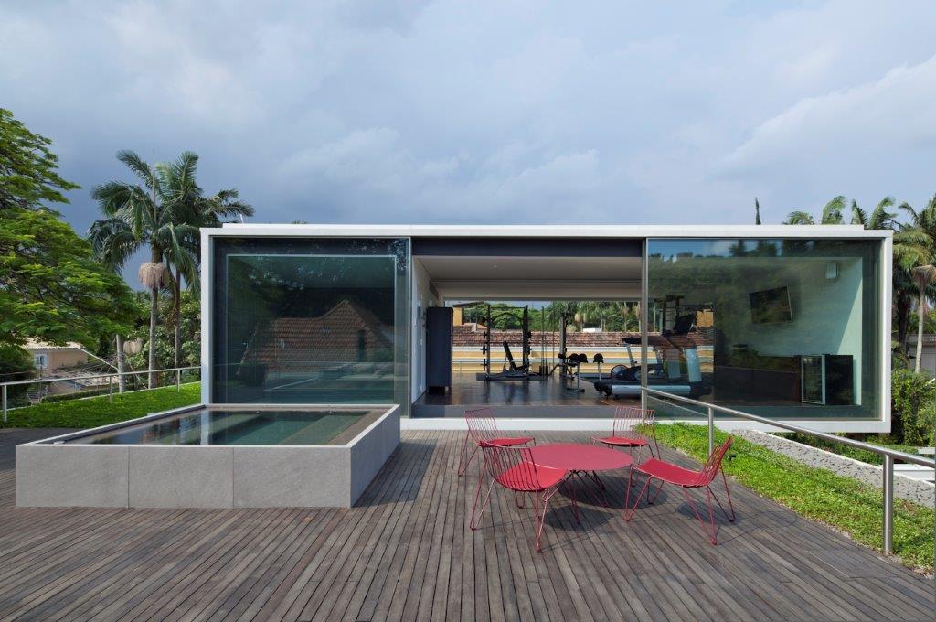 ARQUITETURA EXTERIOR PROJETO AMZ - Casa Bélgica: verde dentro de casa com área social liberada de paredes
