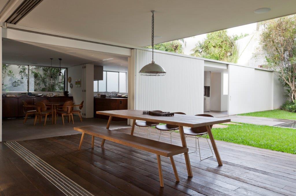 ARQUITETURA EXTERNA AMZ - Casa Bélgica: verde dentro de casa com área social liberada de paredes