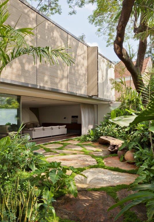 ARQUITETURA PROJETO AMZ - Casa Bélgica: verde dentro de casa com área social liberada de paredes