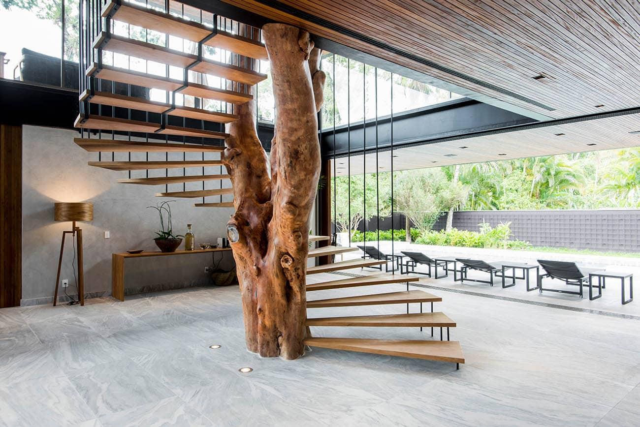 escada - Casa em madeira une o inusitado ao conforto