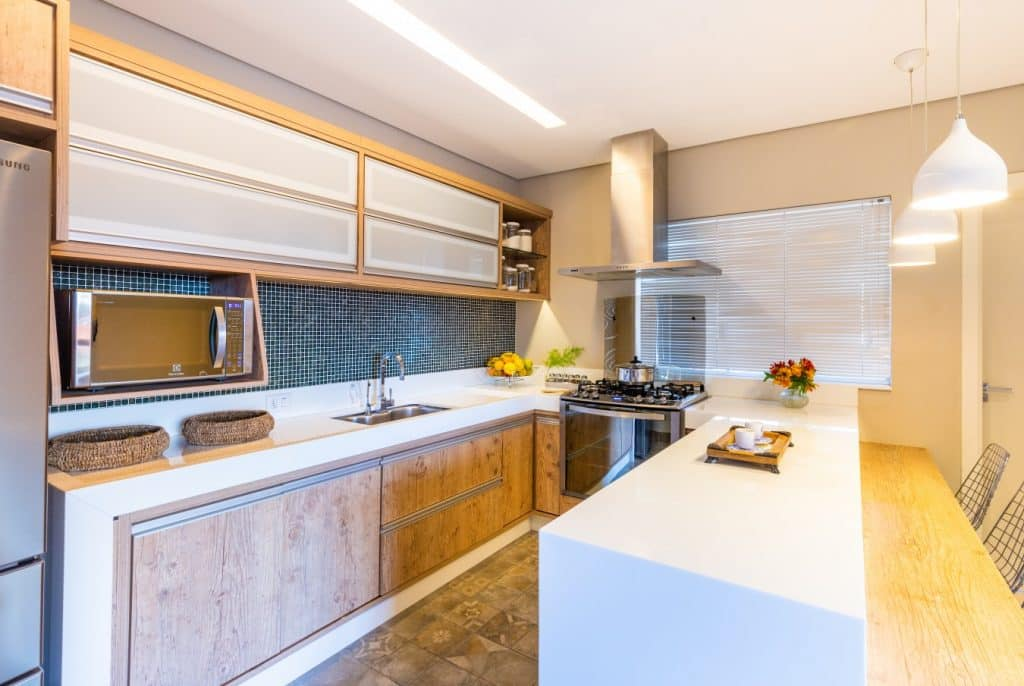 cozinha iluminada 2 1024x686 - Casa dos anos 70 passa por reforma