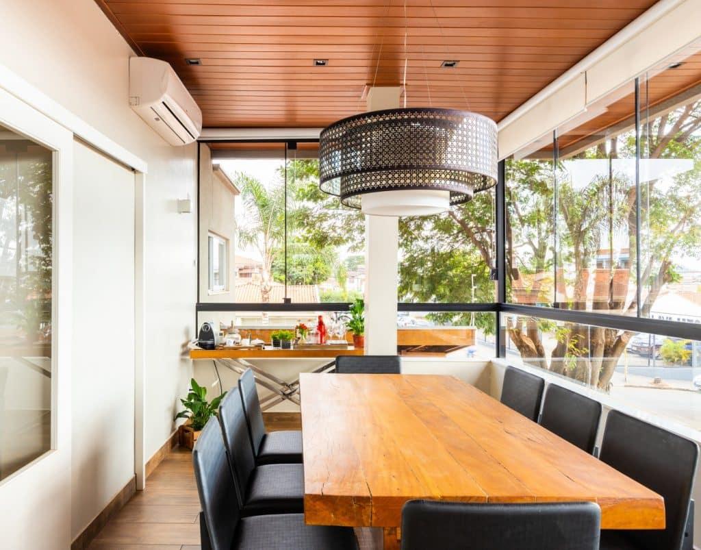 mesa jantar persiana aberta 1024x803 - Casa dos anos 70 passa por reforma