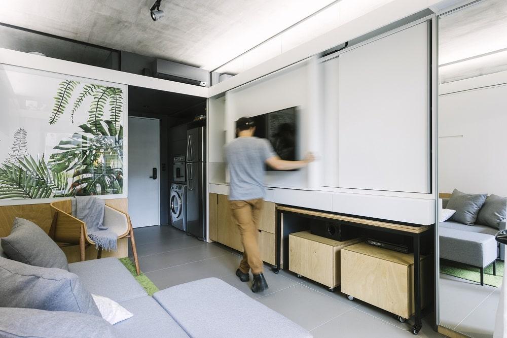 Painel da TV fecha espaço da pia da cozinha - Vida moderna inspira projeto em Porto Alegre