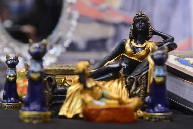 Imagem de peças de artistas do Egito no estande