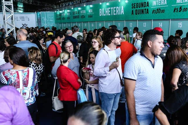 Imagem de pessoas comprando ingressos para a Fenearte 2019