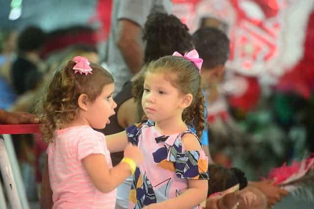 Imagem de duas meninas interagindo na Fenearte 2019