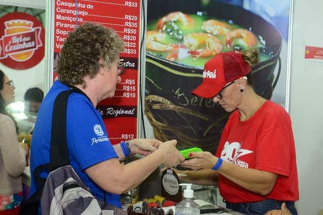 Imagem de uma pessoa comprando comida